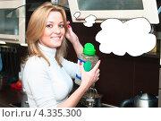 Купить «Красивая молодая домохозяйка с банкой гречневой крупы на кухне», фото № 4335300, снято 2 апреля 2011 г. (c) Кекяляйнен Андрей / Фотобанк Лори