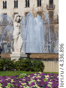 Купить «Испания, Барселона, мраморная скульптура на фоне фонтана на площади Каталонии», эксклюзивное фото № 4336896, снято 19 февраля 2013 г. (c) Дарья Родоманова (Проскурина) / Фотобанк Лори