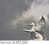 Купить «Лев с крыльями на фоне неба. Гипсовая скульптура», фото № 4337224, снято 13 августа 2012 г. (c) Несинов Олег / Фотобанк Лори