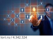Мужская рука касается схемы социальной сети на сенсорном экране. Стоковое фото, фотограф Sergey Nivens / Фотобанк Лори