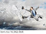 Достигнуть карьерных высот. Бизнесмен стремительно бежит вперед на фоне облаков среди финансовой символики. Стоковое фото, фотограф Sergey Nivens / Фотобанк Лори
