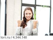 Счастливая молодая женщина в офисе. Стоковое фото, фотограф Syda Productions / Фотобанк Лори