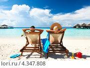 Мужчина и женщина загорают в шезлонгах на песчаном тропическом пляже. Отпуск, фото № 4347808, снято 11 декабря 2012 г. (c) Николай Охитин / Фотобанк Лори