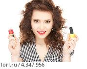Купить «Веселая девушка с лаком для ногтей», фото № 4347956, снято 3 января 2010 г. (c) Syda Productions / Фотобанк Лори
