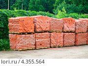 Купить «Красный кирпич на поддонах», фото № 4355564, снято 17 июня 2011 г. (c) Алёшина Оксана / Фотобанк Лори