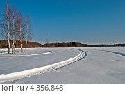 Купить «Следы снегоходов в поле на фоне леса, зимний солнечный день», фото № 4356848, снято 13 февраля 2013 г. (c) Виктор Сагайдашин / Фотобанк Лори