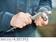 Купить «Измерение детали с помощью штангенциркуля», фото № 4357912, снято 3 апреля 2012 г. (c) Дмитрий Калиновский / Фотобанк Лори