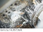 Купить «Обработка металла на токарном станке с охлаждающей жидкостью в металлургической промышленности», фото № 4357924, снято 15 февраля 2012 г. (c) Дмитрий Калиновский / Фотобанк Лори