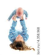 Купить «Мама подняла малыша на собой», эксклюзивное фото № 4358968, снято 21 января 2013 г. (c) Куликова Вероника / Фотобанк Лори
