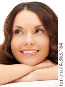 Купить «Очаровательная молодая женщина с длинными волнистыми волосами и красивой улыбкой», фото № 4363164, снято 30 октября 2011 г. (c) Syda Productions / Фотобанк Лори