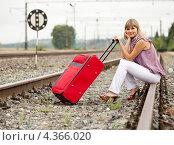 Купить «Девушка с чемоданом сидит на рельсах», фото № 4366020, снято 10 августа 2011 г. (c) Яков Филимонов / Фотобанк Лори