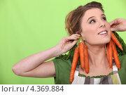 Купить «Девушка с морковью на зеленом фоне», фото № 4369884, снято 26 января 2011 г. (c) Phovoir Images / Фотобанк Лори