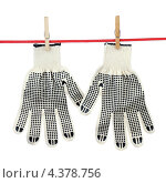 Купить «Перчатки сохнут на веревке», фото № 4378756, снято 9 марта 2013 г. (c) Игорь Веснинов / Фотобанк Лори
