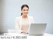 Купить «Красивая молодая женщина с серебристым ноутбуком», фото № 4383680, снято 18 июня 2011 г. (c) Syda Productions / Фотобанк Лори