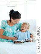 Купить «Мама с маленькой девочкой читают книгу в больничной палате», фото № 4388836, снято 1 октября 2009 г. (c) Wavebreak Media / Фотобанк Лори