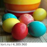 Крашеные пасхальные яйца на бамбуковой салфетке. Стоковое фото, фотограф Ольга Разуваева / Фотобанк Лори