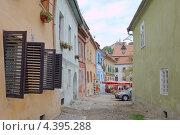 Купить «Узкая улица в историческом центре Сигишоара, Румыния», фото № 4395288, снято 7 сентября 2009 г. (c) Некрасов Андрей / Фотобанк Лори