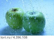 Купить «Зеленые яблоки в каплях воды», фото № 4396108, снято 31 июля 2008 г. (c) Иван Михайлов / Фотобанк Лори