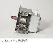 Магнетрон - деталь бытовой микроволновой печи, эксклюзивное фото № 4396924, снято 10 марта 2013 г. (c) Dmitry29 / Фотобанк Лори