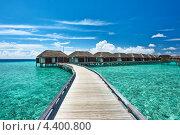 Купить «Деревянный мост к домикам на бирюзовой воде, Мальдивы», фото № 4400800, снято 9 декабря 2012 г. (c) Николай Охитин / Фотобанк Лори