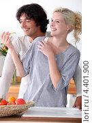 Купить «Смеющиеся влюбленные на кухне», фото № 4401900, снято 29 сентября 2010 г. (c) Phovoir Images / Фотобанк Лори