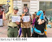 Купить «Люди с плакатами на параде мыльных пузырей Dreamflash», эксклюзивное фото № 4409444, снято 22 апреля 2012 г. (c) Алёшина Оксана / Фотобанк Лори