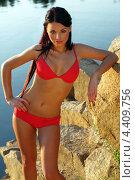 Девушка в красном купальнике на фоне скалы. Стоковое фото, фотограф Артем Юрлагин (Петриченко) / Фотобанк Лори