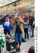 Купить «Пародист-имитатор на Арбате», эксклюзивное фото № 4415492, снято 22 апреля 2012 г. (c) Алёшина Оксана / Фотобанк Лори