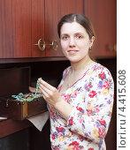 Купить «Молодая женщина с коробкой драгоценностей дома», фото № 4415608, снято 12 января 2013 г. (c) Яков Филимонов / Фотобанк Лори