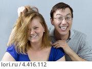 Веселая молодая пара дерется в шутку. Стоковое фото, фотограф Виталий Верхозин / Фотобанк Лори