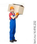 Купить «Строитель держит на плече картонную коробку», фото № 4416232, снято 24 февраля 2013 г. (c) Валуа Виталий / Фотобанк Лори