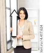 Купить «Привлекательная деловая женщина с нарисованной белой стрелой», фото № 4417624, снято 7 апреля 2012 г. (c) Syda Productions / Фотобанк Лори