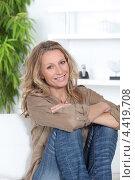Купить «Улыбающаяся женщина средних лет в гостиной», фото № 4419708, снято 17 мая 2010 г. (c) Phovoir Images / Фотобанк Лори