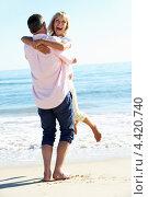 Обнимающаяся пара средних лет у моря. Стоковое фото, фотограф Monkey Business Images / Фотобанк Лори