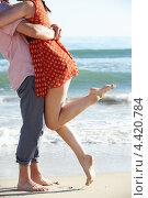 Романтичная пара обнимается у моря. Стоковое фото, фотограф Monkey Business Images / Фотобанк Лори