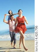 Купить «Семья бежит по пляжу, отец несет дочку на плечах», фото № 4420796, снято 15 июля 2012 г. (c) Monkey Business Images / Фотобанк Лори