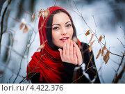 Купить «Девушка дует на пальцы в зимнем лесу», фото № 4422376, снято 7 февраля 2013 г. (c) Алексей Калашников / Фотобанк Лори