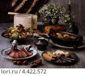 Купить «Английский сыр стилтон с плесенью и готовые блюда», фото № 4422572, снято 12 декабря 2018 г. (c) Food And Drink Photos / Фотобанк Лори