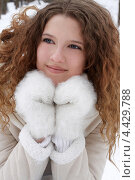 Портрет девушки в белых варежках в зимний день. Стоковое фото, фотограф Мороз Елена / Фотобанк Лори