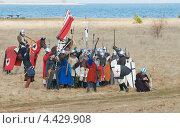 Историческая реконструкция, отряд средневековых воинов с оружием и щитами (2012 год). Редакционное фото, фотограф Raulin / Фотобанк Лори
