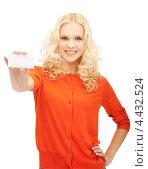 Купить «Привлекательная молодая женщина с белой визиткой в руке», фото № 4432524, снято 2 октября 2011 г. (c) Syda Productions / Фотобанк Лори