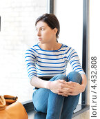 Купить «Очаровательная студентка с темными волосами в голубой тельняшке», фото № 4432808, снято 31 марта 2012 г. (c) Syda Productions / Фотобанк Лори