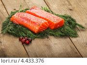 Купить «Два куска соленого лосося с петрушкой на деревянном столе», фото № 4433376, снято 2 ноября 2012 г. (c) Марина Хлыбова / Фотобанк Лори