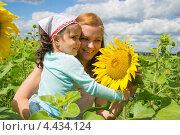 Мама с ребенком  на природе в подсолнухах. Стоковое фото, фотограф Татьяна Фролова / Фотобанк Лори