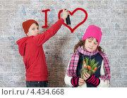 Купить «Влюблённый мальчик рисует граффити на стене», фото № 4434668, снято 8 марта 2013 г. (c) Алексей Кузнецов / Фотобанк Лори