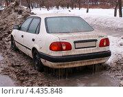 Купить «Старая Toyota Corolla стоит в грязи у обочины», фото № 4435848, снято 23 марта 2013 г. (c) Павел Кричевцов / Фотобанк Лори