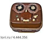 Купить «Винтажный катушечный магнитофон на белом фоне», фото № 4444356, снято 5 апреля 2012 г. (c) Иван Бондаренко / Фотобанк Лори