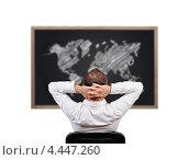 Купить «Бизнесмен смотрит на доску с картой мира», фото № 4447260, снято 19 февраля 2013 г. (c) Виталий Китайко / Фотобанк Лори