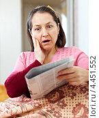 Женщина узнает шокирующие новости из газеты. Стоковое фото, фотограф Яков Филимонов / Фотобанк Лори
