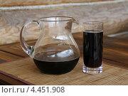 Кувшин и стакан с квасом на деревянном столе. Стоковое фото, фотограф Елена Чернецова / Фотобанк Лори